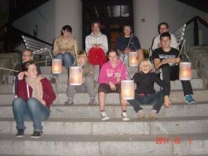 Das Foto zeigt Kinder vor den Laternenumzug.
